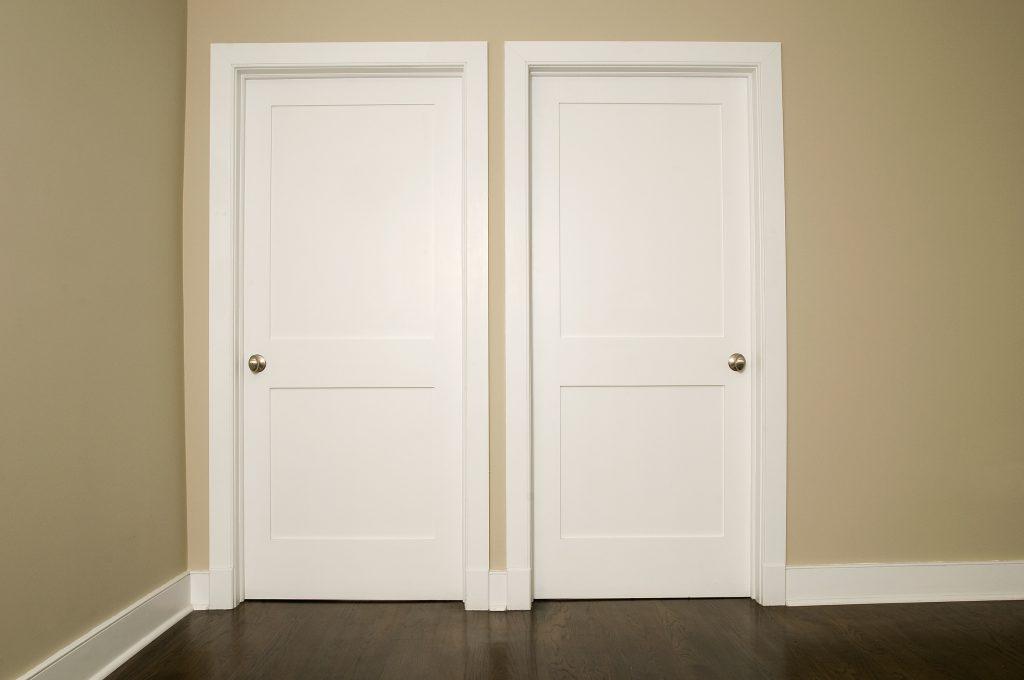 Portes interiors. Distribuïm, fabriquem i instal·lem tot tipus de portes d'interior, batent, corredisses i pivotant. Amb la personalització dels acabats en qualsevol xapa envernissada o acabat lacat amb el color desitjat. Combinat amb els accessoris de perns, manetes i vidres a escollir entre multitud de catàlegs. Les portes poden venir envernissades del mateix fabricant o les podem envernissar a les nostres instal·lacions aconseguint el color de la fusta que vulguem igualant-lo amb altres fustes ja instal·lades a la seva llar.
