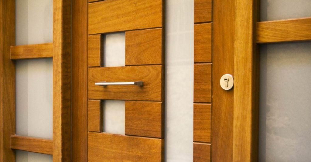 Portes d'entrada. La porta d'accés al seu habitatge és clau per a la seguretat, aïllament i l'estètica de la seva llar. A Fusteria Ebenisteria Art podem aconseguir una porta segura, per això confiem en els panys de 3 punts amb bombins i claus de seguretat de 3 punts, que combinats amb les frontisses de seguretat creen un tancament o porta de difícil accés per a persones no autoritzades. A aquests complements hi podem afegir una planxa d'acer per blindar la fulla de la porta. L'aïllament sonor i tèrmic queda en mans de l'aïllament en porexpan d'alta densitat a l'interior en aquelles fulles cegues, combinat amb les juntes de goma amb interior d'espuma i els talla-aires en la part inferior. Estèticament adaptem la porta al conjunt decoratiu de la llar, podent incorporar diferents materials decoratius. Aquests materials determinaran l'estètica i el manteniment necessari per a una bona conservació de la porta del seu negoci o de casa seva.
