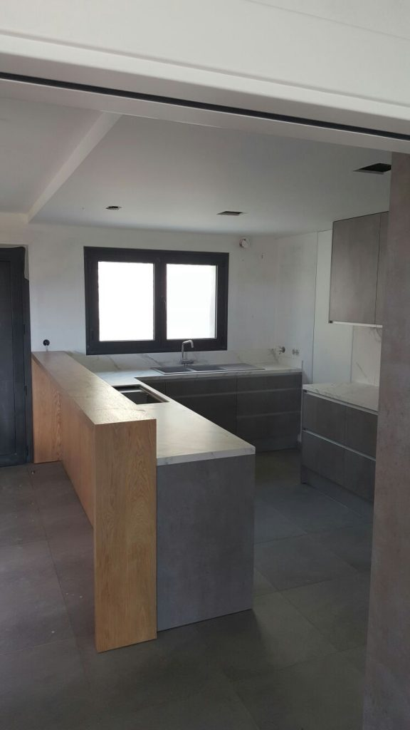 Disseny i fabricació a mida de mobles de cuines a Andorra. Cuines de qualitat pensades per a una millor ergonomia i funcionalitat. Personalitzem cada projecte a les necessitats de cada client. Fabriquem mobles de cuina amb els materials i acabats de les tendències més actuals, en diferents acabats. (Melanines, fòrmiques, lacades fustes i nous materials d'alta resistència). Tipus Solid Surfaces. Un ampli catàleg de colors ens permet crear l'ambient que tu has pensat per a casa teva. Servei de disseny. Pren les mesures de la teva cuina, dibuixarem un plànol i et presentarem una proposta d'acord amb els teus gustos. Pressupostos sense compromís enamora't de les nostres cuines i després compara els preus.