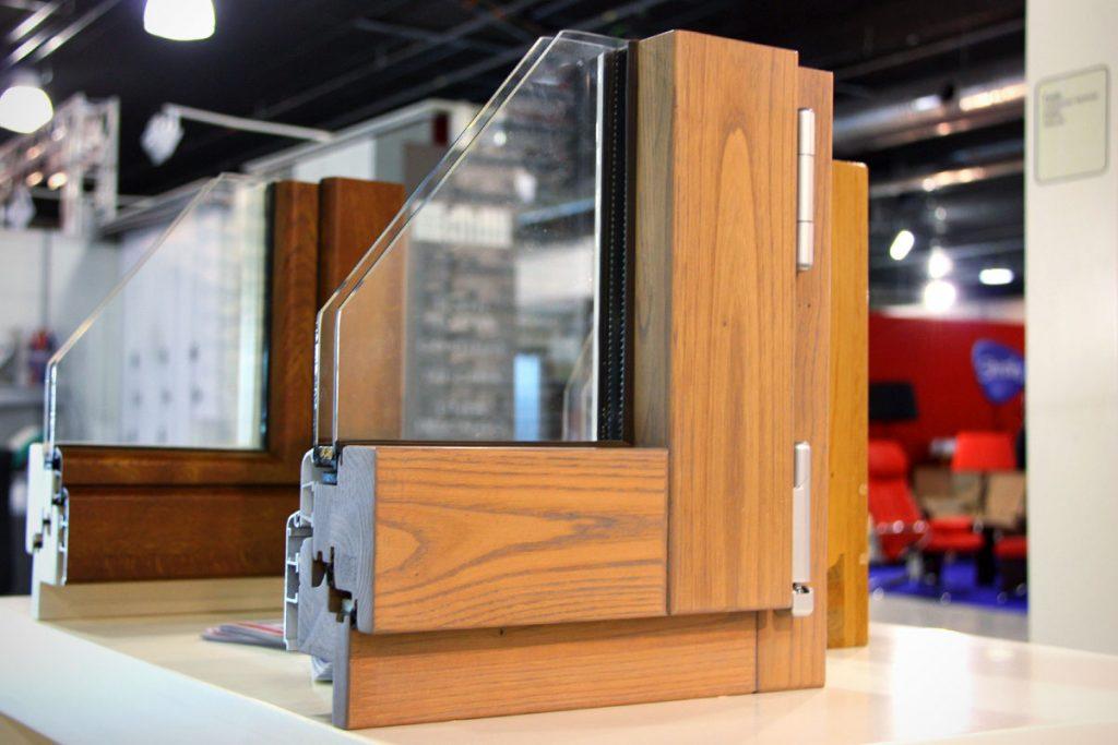 També li donem el servei d'instal·lació de finestres d'alumini fusta amb rotura de pont tèrmic. Triar unes bones finestres al Principat d'Andorra resulta clau per tenir una casa eficient amb un minim consum energètic. D'altra banda, l'estalvi energètic, no és l'únic factor a tenir en compte, ja que el procés de fabricació d'una finestra també pot requerir una despesa energètica elevada, les nostres finestres d'alumini fusta tenen la fabricació adaptada al mínim cost energètic i a més amb unes noves finestres s'hi poden associar altres impactes ambientals molt rellevants.  La forma més senzilla d'entendre la importància de la finestra en una façana és a través d'una imatge termo gràfica, ja que ens permet visualitzar ràpidament totes les temperatures superficials dels objectes que apareixen a la imatge. És un recurs de gran valor per a determinar si hi ha ponts tèrmics o zones amb risc de condensació en una casa. Si mireu, una termografia d'una façana veureu que en les finestres és on trobem la  diferència més gran de temperatura. Això vol dir que a través de les obertures i la seva unió amb les parts opaques d'una façana és on s'escapa més calor d'una casa.  El primer que haurem de tenir en compte és el material del bastiment de la finestra, que normalment serà de ferro galvanitzat, fusta, PVC, fibra de vidre o metall sempre galvanitzat, o en tot cas sol ser alumini. La fusta és el material que es comporta millor tèrmicament, però té el desavantatge que demana molt més manteniment que l'alumini o altres metalls. Si optem per l'alumini, solució normalment més econòmica, hem de comprar models amb tall de pont tèrmic incorporat que evitin les condensacions i aïllin bé la casa, el xalet o l'apartament.  La millor solució per unes noves finestres és l'alumini combinat amb la fusta o la fusta protegida amb alumini als llocs on més impacta el sol o l'aigüa.