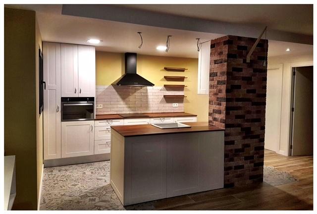 Serveis de Reformes de Cuines Reformem la teva cuina partint de dissenys moderns i funcionals que et puguin fer gaudir de la teva cuina en un entorn totalment adaptat al teu gust i necessitats. T'oferim la gestió integral de tot el procés de renovació, deixant-te únicament a tu, el tràmit final del procés, la inauguració de la teva cuina.